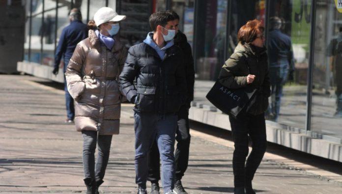 Passanten mit Masken