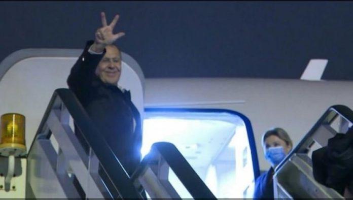 Sergej Lawrow grüßt mit drei Fingern am Flughafen Belgrad