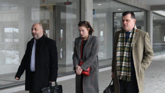 Milena Radulovic mit Anwälten auf dem Weg zum Gericht