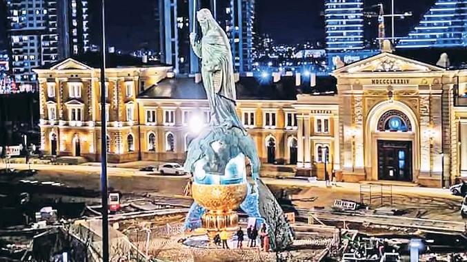 Neues Denkmal vor Belgrader Bahnhof