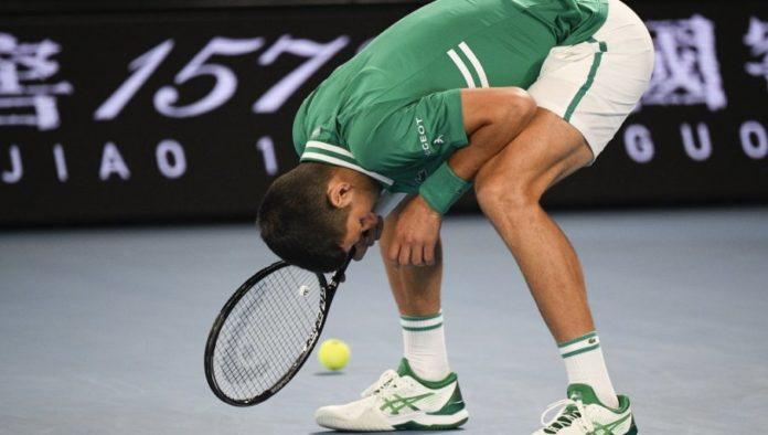 Novak Djokovic krümmt sich vor Schmerzen