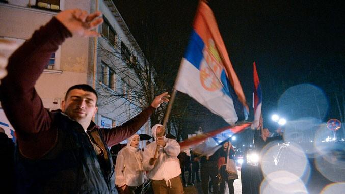 Feiernde in den Straßen von Niksic