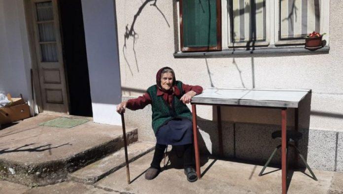Zivka Petrovic vor ihrem Haus
