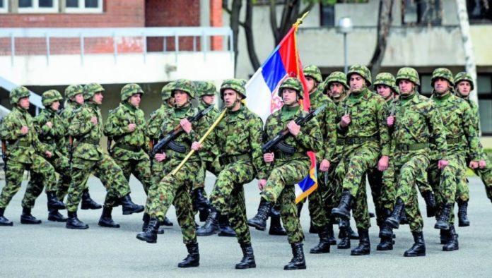 serbische-soldaten-marschieren