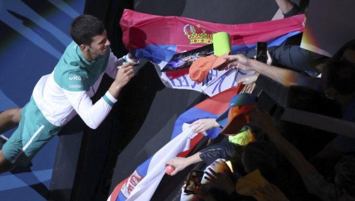 Novak Djokovic vergibt Autogramme an serbische Fans