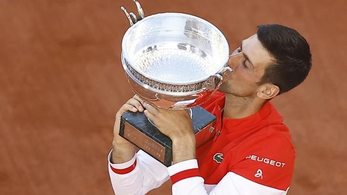 Novak küsst seinen Pokal in Paris