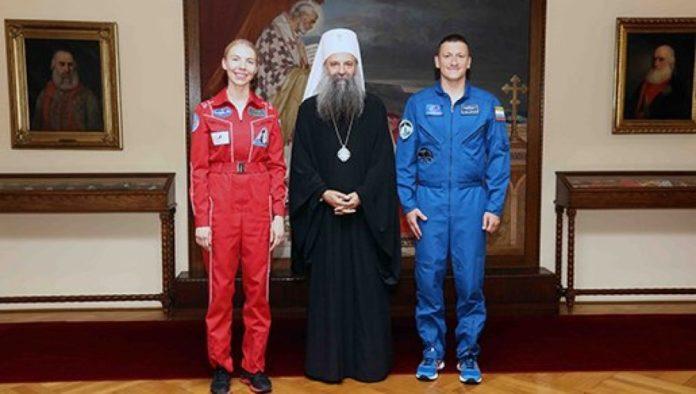 Patriarch Porfirije mit den beiden Kosmonauten
