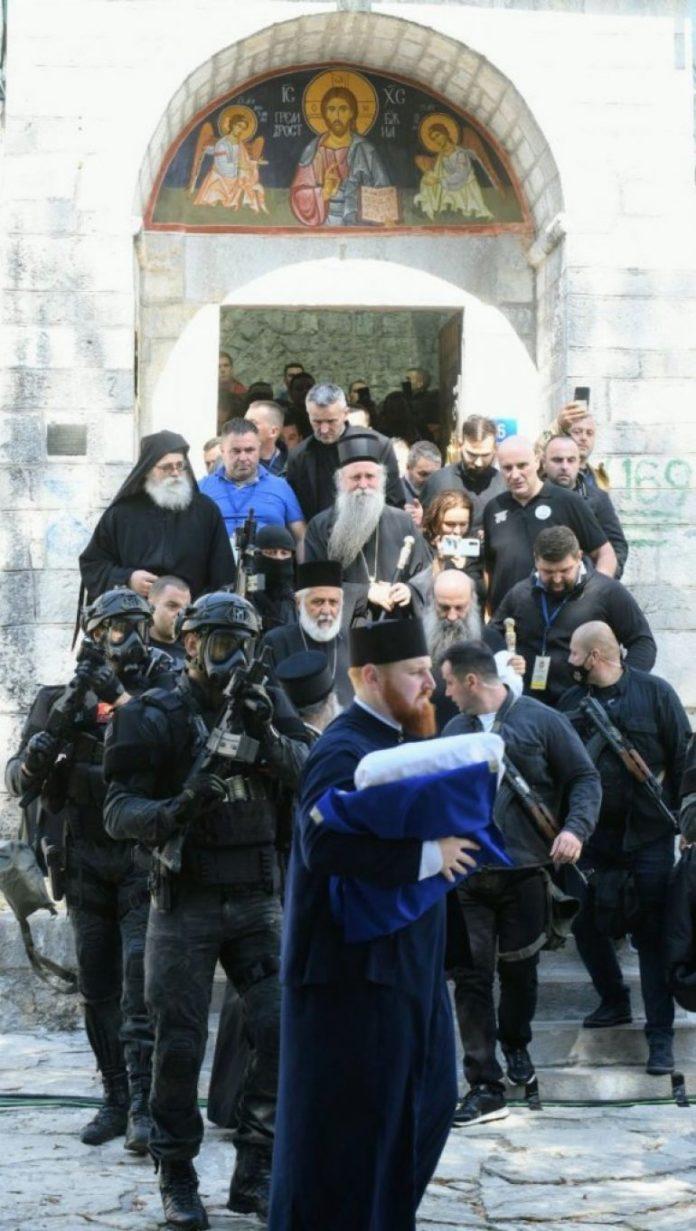Joanikijes begleitet von Spezialeinheiten der Polizei