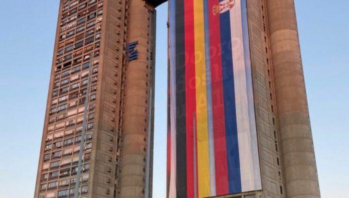 Der Genex-Turm in Neu-Belgrad ist mit den Flaggen Serbiens und Deutschlands geschmückt