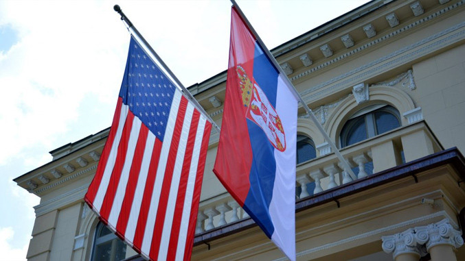 Die serbische Flagge neben den Stars and Stripes