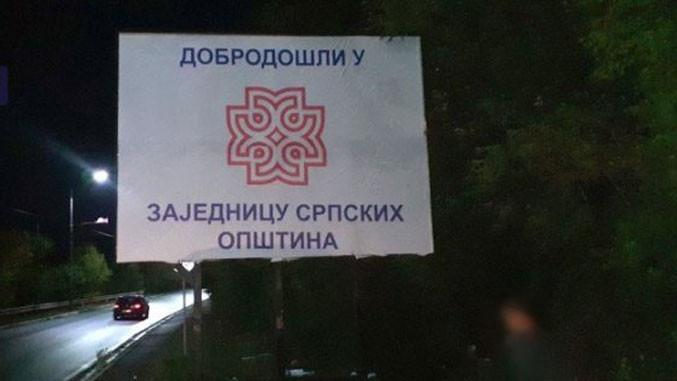 Protestschild in Kosovska Mitrovica
