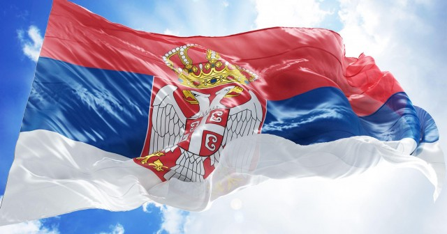 Serbiens Flagge weht stolz im Wind